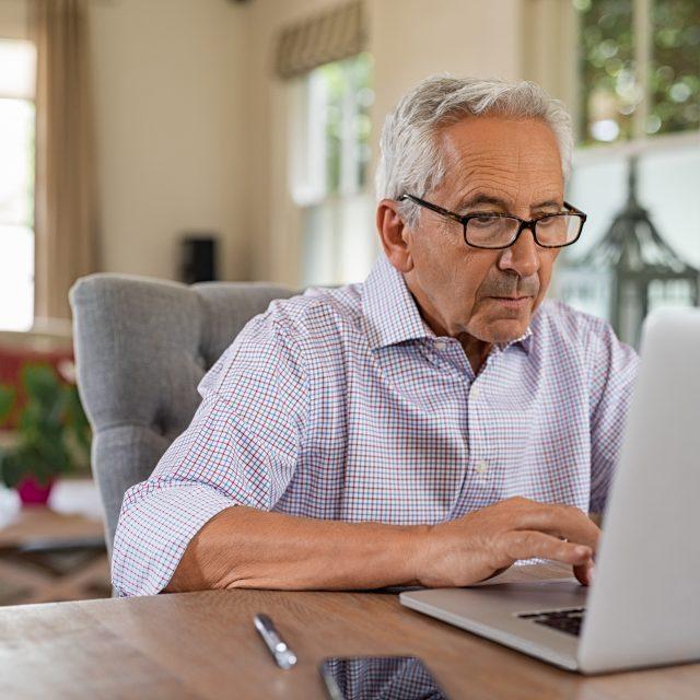 Senhor usando o computador